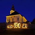 Pfarrkirche mit Christbaum und neuer Krippen-Silhouette