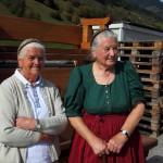 Nachbarin und Reit-Oma freuen sich über die heil heimgekommenen Almleute und Tiere
