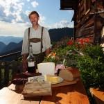 Sebastian Gschwandtl (Maurachalm) bereitet den Nuss-Schnaps nach dem Rezept seiner Mutter mit Nüssen vom eigenen Baum