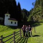 Jasmin und Holger mit Helga Zraunig bei der Wolfaukapelle am Kapellen-Wanderweg