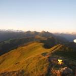 Erste Sonnenstrahlen am Gipfelkreuz