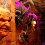Aufwändige Dekoration mit Masken von Rupert Kreuzer