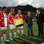 Siegermannschaft mit Bürgermeister und Raiffeisendirektor Huttegger