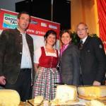 Landtagspräsidentin Brigitta Pallauf und Günther Mitterer (Bgm. St. Johann) überzeugen sich von den tollen Produkten