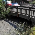 Nach stundenlangen Baggerarbeiten ist immer erst ein wenig Platz unter der Brücke