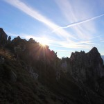 Die Sonne berührt die Felszacken in der Verlängerung der Arlspitze