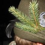 Jägerkopfschmuck: der Beutebruch (Dreispross den man nach Erlegung eines Stückes trägt) und eine Schildhahnfeder