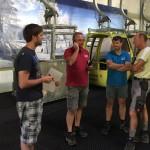 Besprechung der Arbeitseinteilung (vlnr): Assistent Felix, Betriebsleiter Alois, Betriebsleiter Florian, Pistenchef Sepp