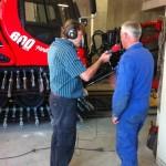 Werkstattleiter Kaspar erklärt die zu erledigende Arbeit
