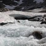 Wild rauschend schießt das Wasser ins Tal