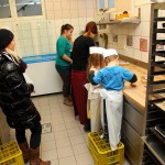 Eifrige Kinderhände machen leckere Kekse