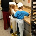 Eifrige Kinder machen leckere Kekse