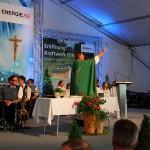 Pfarrer Thomas Schwarzenberger bei der Segnung des Radweges