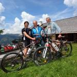 Michael mit Mountainbiker Markus und E-Biker Hias an der Bichlalm