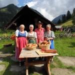 Michael mit den fleißigen Brot-Bäckerinnen