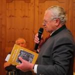 Stefan Mooslechner gratuliert Bruder Walter zum gelungenen Buch und dankt im Namen der Familie für die mühevolle Arbeit