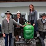 Hannes, Andrea, Elisabeth und Sepp mit altem Steirer-Traktor