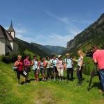Dreharbeiten am Kapellen-Wanderweg mit Moderatorin Barbara Weisl und Kameramann Alex - hier bei der Hüttschlager Pfarrkirche