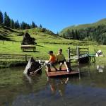 Steuermann Max mit Anna am Teich bei der Reitalm