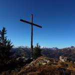 Panorama vom unteren Kreuz, links neben dem Kreuz der Großglockner, rechts das Wiesbachhorn