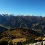 """Blick vom Saukarkopf Richtung Westen zu den Hohen Tauern, in der Bildmitte der Kreuzkogel mit Skigebiet und """"Waldherz"""" in der Piste"""