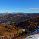 """Blick vom Saukarkopf Richtung Nordosten zu Kitzstein (""""Gabel""""), dahinter Bischofsmütze und Dachstein"""
