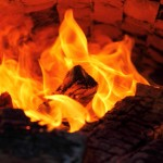 """Noch lodert das Feuer, wo bald schon die Teiglinge """"hineingeschossen"""" werden"""