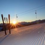 Die Sonne taucht den frühen Morgen in warmes Licht