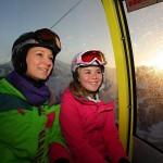 Erste Bergfahrt in der Gondel - die Sonne geht auf