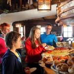 """Frühstück in der """"Ski-Alm"""" nach der Sonnenaufgangswanderung"""