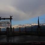 Unter der dicken Wolkendecke kommt nochmals die Sonne hervor
