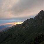 Zarte Sonnenstrahlen brechen durch die Wolkendecke