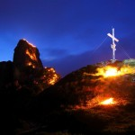 Langsam wird es still und einsam am Berg. Flammen erhellen die Dunkelheit.