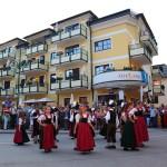 "Kinder-Volkstanzgruppe vor dem Hotel ""Alte Post"""