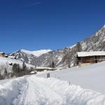 Winter im Talschluss - rechts das alte Seegut, links der neue Pertillhof