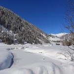 Zugefroren und verschneit - der Bach im Talschluss