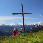 Listig schauen die beiden über den Hügel - das Panorama ist genial