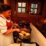 Kraftspender: Eva bereitet frische Bauernkrapfen zu