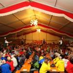 Die Goaßlschnalzer bringen richtig Schwung ins Zelt