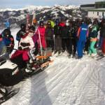 """Skidooshuttle - die Bergbahnmitarbeiter """"hängen an"""" und überwachen den sicheren Transport"""