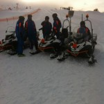 Die Bergbahnenmannschaft mit ihren Skidoos nach erfolgreicher Rückbringungsaktion